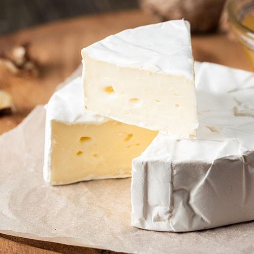 """<p>İsmini üretildiği yer olan Fransa`nın Brie kasabasından almaktadır. İnek sütünden üretilen bu peynir yapısı itibariyle yağlı ve yumuşak bir peynirdir. Dış kabuğu aynı Camambert peyniri gibi küften oluşmaktadır. Yapısal açıdan birbirine çok benzerlik gösteren bu iki peyniri ayıran en önemli unsur Brie peynirinin diğerine göre çok daha yağlı ve kabuğunun yenilebilir olmasıdır. Fransızların en değerli peyniri olarak bilinen bu peynirin, tarihe bakıldığında """"kralların peyniri"""" veya """"peynirlerin kralı"""" olarak anıldığı görülmektedir.</p>"""