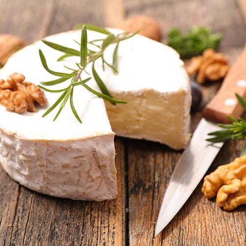 <p>İsmini Fransa`da yer alan Normandiya bölgesindeki Camambert kasabasından almaktadır. Dışı kalın bir küf tabakası ile kaplanmış olup, içi ise yumuşak ve kolayca eriyebilen bir yapıya sahiptir. Tamamen inek peynirinden üretilmektedir, ayrıca kokusu ve tadı itibariyle ağır olarak nitelendirilebilecek klasik bir Fransız peynir türüdür.</p>