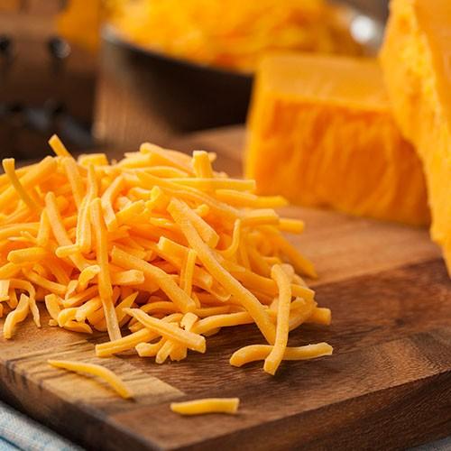 <p>İsmini İngiltere`nin Cheddar bölgesinden alan bu peynir, turuncuya çalan sarı rengiyle bilinse de aynı zamanda açık sarı olarak renklendirilmemiş hali de mevcuttur. Yapı itibariyle yağlı ve sert oluşu ve ısı gördüğünde kolay erimesi ile meşhurdur. Özellikle hamburger ve kızartmalar ile kullanımı yaygınlaşan cheddar peyniri, günlük tüketime de çok uygundur.</p>