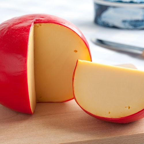 <p>İsmini Hollanda`nın Edam kentinden almaktadır. Gouda peynirinden sonra Hollanda`nın en meşhur ikinci peyniri olarak anılmaktadır. Yuvarlak şekilde üretilmektedir ve dışı aynı Gouda peyniri gibi balmumu ile kaplanmaktadır. Bu sebeple raf ömrü de oldukça uzundur. İnek sütünden üretilen bu peynir, sahip olduğu yağ oranı açısından ise oldukça düşüktür.</p>