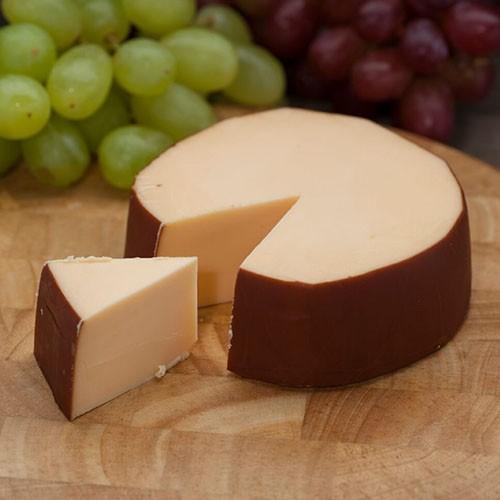 <p>Hollanda`nın ünlü füme peyniri koyun sütünden üretilmektedir. Bu peynirin en can alıcı özelliği ise özel taş fırınlardaki korlardan çıkan duman ile oldukça yavaş bir şekilde kendiliğinden aromalandırılmasıdır.</p>