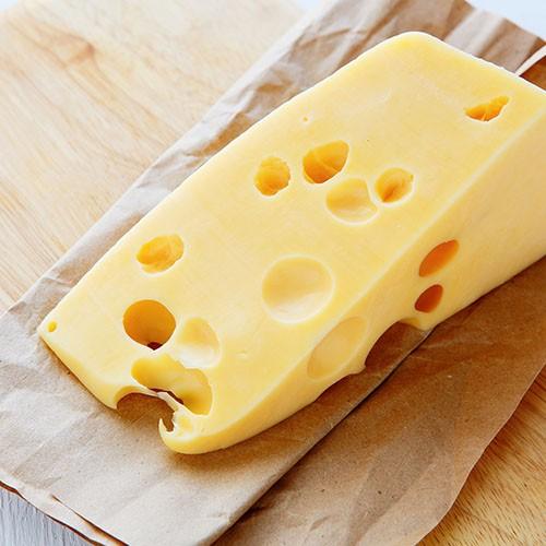 <p>İsmini üretildiği şehirolan Kars`tan alır. Yapı itibariyle yarı sert olan bu peynir, sarı renkte ve kabukludur. Kesildiğinde içinde parlak delikleri olduğu görülmektedir. Hafif kokulu, damakta aroma bırakan bir peynirdir.</p>