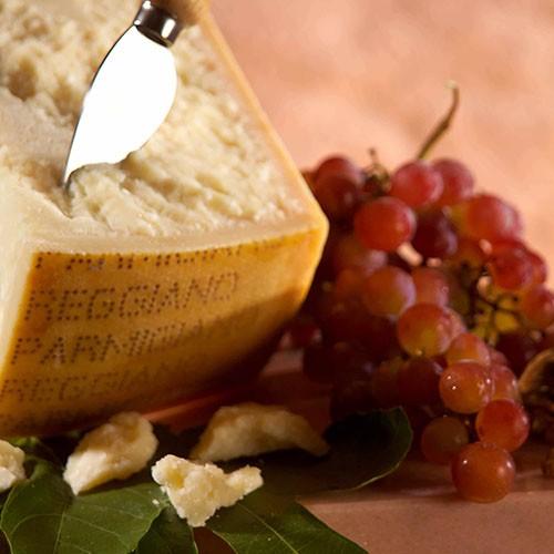 <p>Parmesan peyniri, ismini üretildiği yer olan İtalya`nın kuzey bölgesindeki Parma şehrinden almaktadır. Açık sarı renkte ve oldukça sert bir peynir olan parmesan peyniri, yoğun kokusu ve damakta bıraktığı keskin lezzet ile zaman içerisinde beğeni toplamış ve dünyanın her yerinde yaygın bir şekilde kullanılmaya başlanmıştır. Orijinal parmesan peyniri en az 18 ay dinlendirilmiş ve olgunlaştırılmış olmalıdır.</p>  <p>Orijinal İtalyan parmesan peyniri pizza, makarna ve salata gibi yemeklere lezzet katmasının yanında, bazı özel soslar ve peynir tabaklarının da vazgeçilmezleri arasında yer almaktadır.</p>