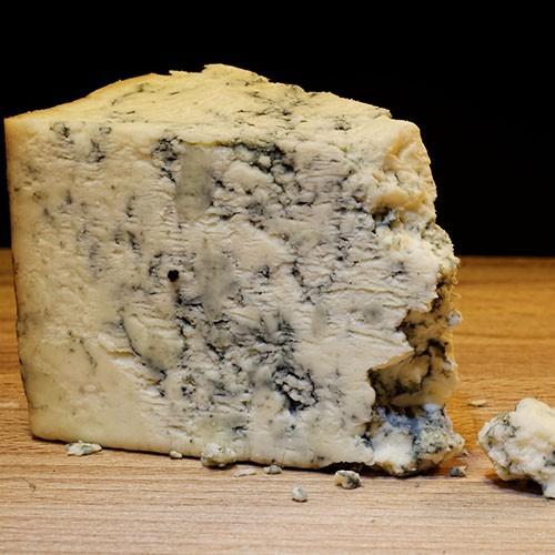 <p>Danimarka`dan ithal edilen Danish Blue peyniri yapı itibariyle yumuşak, tat olarak ise oldukça güçlü ve keskindir. Tat ve kokusunun ağır olması yapısındaki mavi damarların küf olmasından kaynaklanmaktadır. Homojen inek sütünden üretilen bu peynirin olgunlaşma süresi ise ortalama 10 hafta olarak belirlenmektedir.</p>