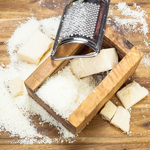 <p>Gerçek İtalyan parmesan peynirinden, hiçbir katkı maddesi ilave edilmeden ve kabukları çıkartılarak elde edilen saf toz peynirdir. Toz haline getirme işlemi tamamlandıktan sonra 48 saat boyunca nemlendirme odasında kurutularak paketlenmeye hazır hale getirilmekte, bu sebeple tat olarak piyasadaki diğer toz parmesanlardan ayrılmaktadır. Sert yapısından dolayı rendelemesi zor olan parmesan, toz olarak tercih edildiğinde ince yapısı sayesinde salata, sos ve yemeklerde kolay kullanıma hazırdır.</p>